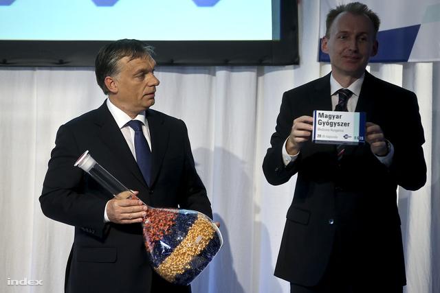 Orbán Viktor miniszterelnök (b) átadási ünnepségen tavaly Budapesten