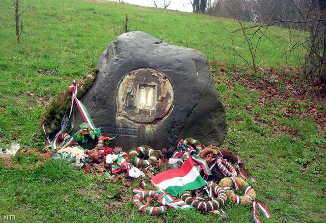 2011. április 13.Wass Albert író-költő megrongált síremléke Marosvécsen .
