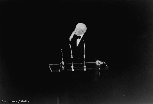 Charles Chaplin csókot küld a közönségnek. (1972)