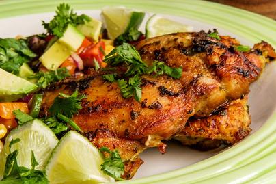 Korianderrel és lime-mal sült csirkecombfilé: az ízletes pác tartja szaftosan
