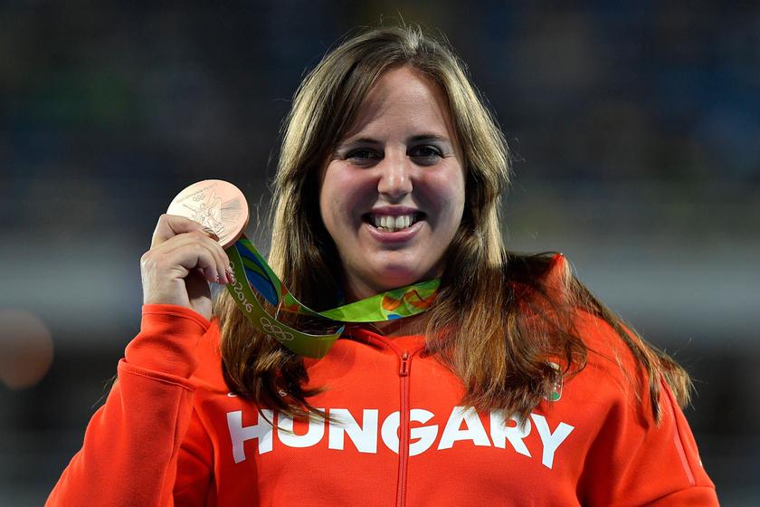 Márton Anita bronzérmével a riói nyári olimpia női súlylökés versenyszámának eredményhirdetésén 2016. augusztus 13-án.