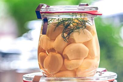 Így készíts savanyúságot fokhagymából: az ecetes finomság sokáig eláll