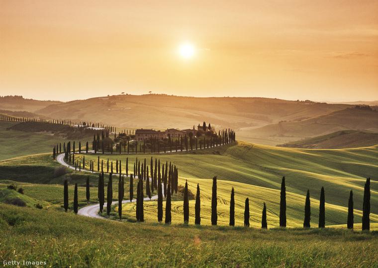 """Vonatra szállnak, és tovább utaznak Róma felé """"a toszkán tájban, zöld és tavaszias dombok között""""."""