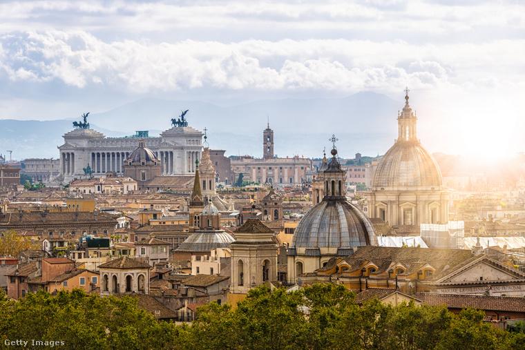 Mihály üres zsebbel érkezik Rómába, mégsem képes rávenni magát, hogy kisiklott nászútjáról hazatérjen