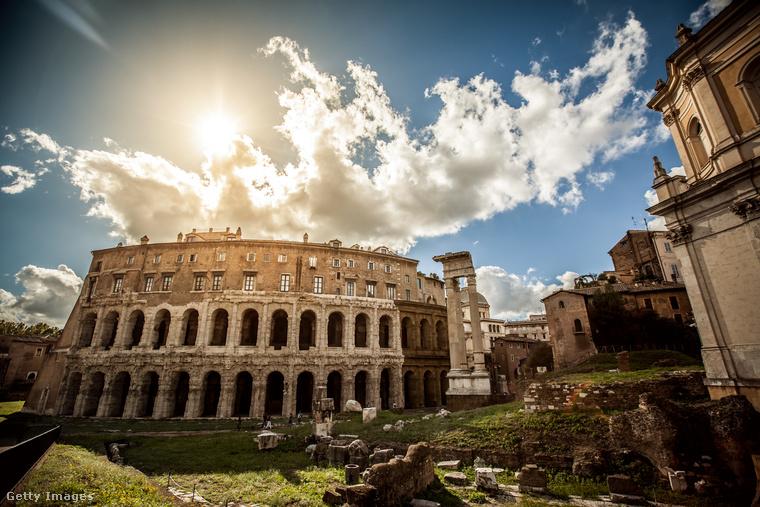 Miközben Rómában időzik, felfedezi a várost