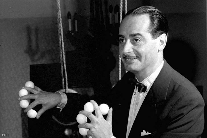 Rodolfó mester (Gács Rezső) egy pingponglabda-produkciót mutat be otthonában 1957. szeptember 13-án
