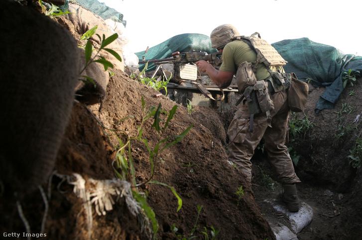 Ukrán katona Volnovaka városához közel, a donyecki régióban, 2021 június 21-én