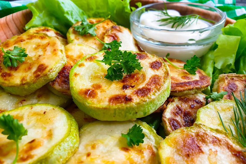 Sült, fűszeres cukkinikarika: karcsúsító nyári köret krumpli helyett