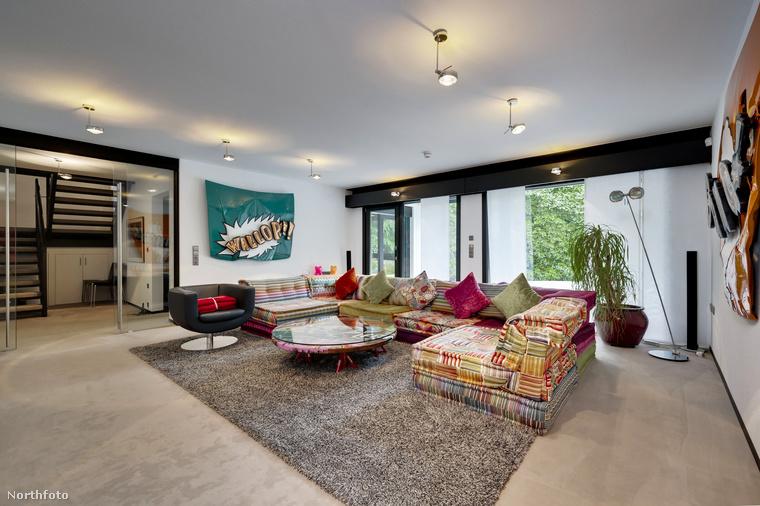 Az 501 négyzetméteres álomotthont ízlésesen rendezték be, felismerhetőek a hagyományos andalúz elemek