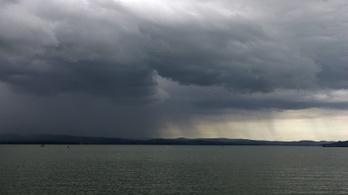 Leszakadt az ég, azonnal kiparancsolták az embereket a Balatonból