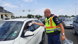 Ötórás sor Röszkénél, ásványvizet osztanak a rendőrök a kitikkadt sofőröknek