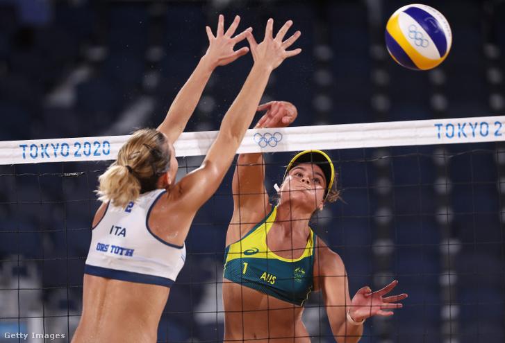 Tóth Orsi próbál blokkolni az ausztrál páros elleni meccsen