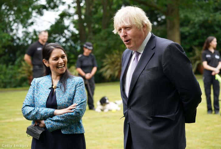 Priti Patel brit belügyminiszter és Boris Johnson brit miniszterelnök