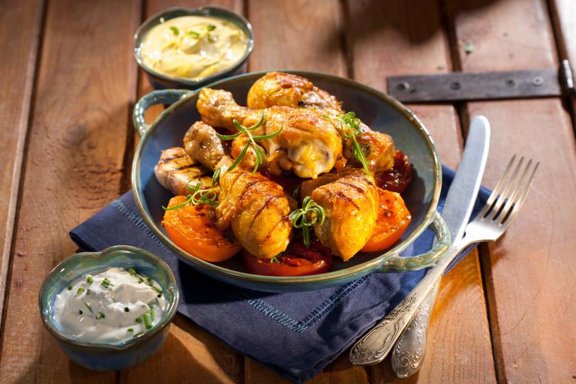 Fokhagymás, mézes pácban sült csirkemell barackkal és paradicsommal: egyszerre sós és édes