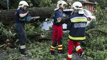 1300 esethez riasztották a tűzoltókat a vihar miatt
