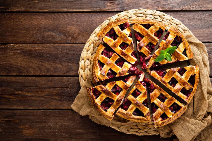 Rácsos szilvás pite linzertésztából: szinte krémesre sül a gyümölcs