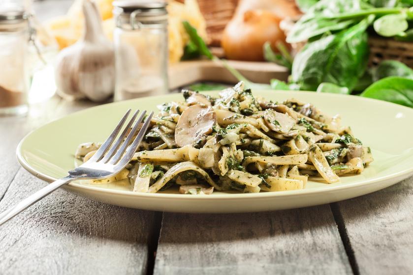 Krémes spenótos tészta pirított gombával – 30 perc alatt kész a mennyei ebéd