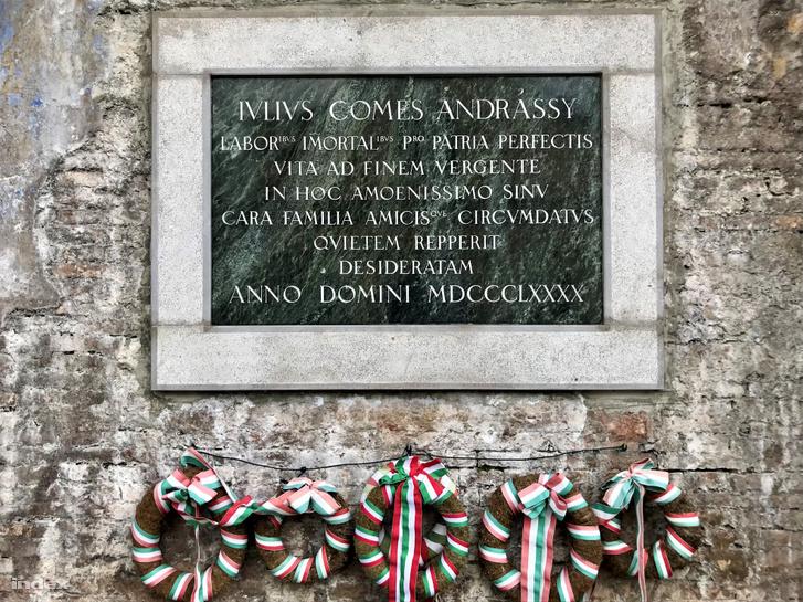 Gróf Andrássy Gyula márványtáblája egykori villájának parkjában Voloskóban