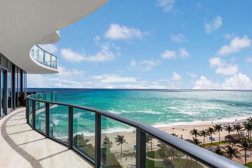 A hatalmas erkélyről ráláthatunk az óceánra, gyönyörű a kilátás innen.