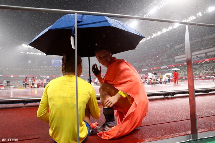 Az atléták esernyő alá bújtak az eső elöl
