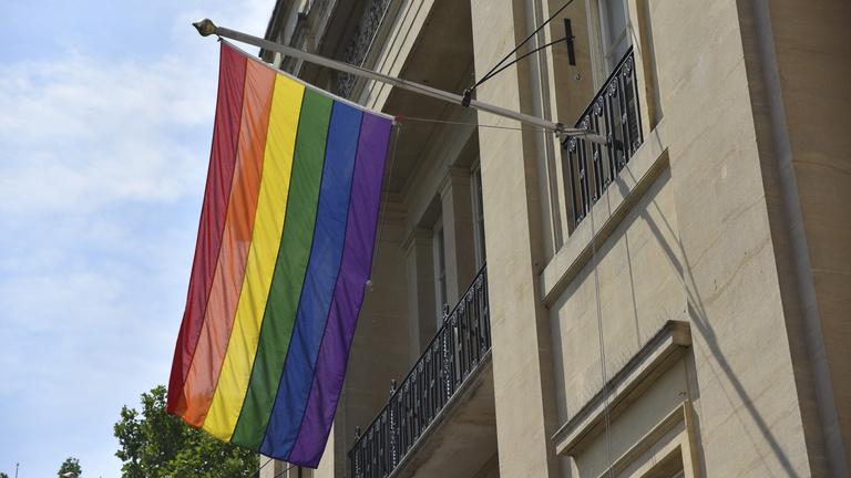 Le akarják vetetni a szivárványos zászlót a magyar melegmagazin irodájáról a büszke lakosok