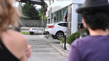 Fotó: kocsival állt be a benzinkúti kávézóba egy nő Budapesten