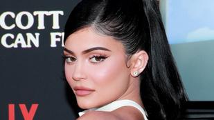 Aranyra festették a félmeztelen, kebleit markolászó Kylie Jennert