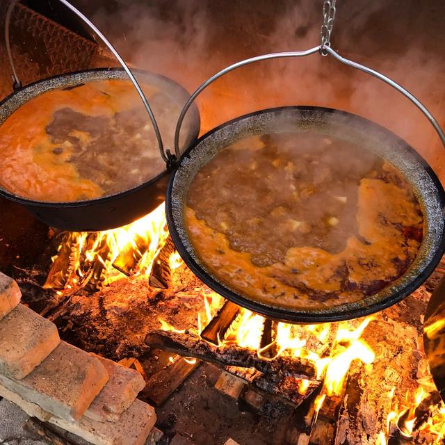 Hol lehet Baján jó halászlét enni? 3 hely, ahol garantáltan frissen főzik a legendás ételt