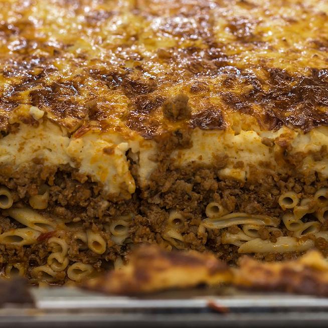Szaftos és kiadós görög rakott tészta: besamelmártás és darált hús gazdagítja