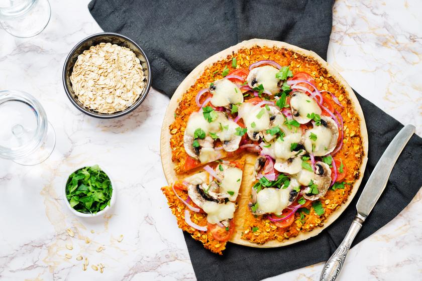 A pizza tésztájához a liszt helyett használj édesburgonyát és zabpelyhet, a feltétet pedig variáld tetszés szerint. Az elkészítése ennél már nem is lehetne egyszerűbb, nem kell dagasztani és keleszteni sem.