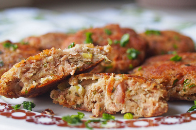 Villámgyors, zöldfűszeres tonhalfasírt: könnyű saláta mellé tökéletes választás