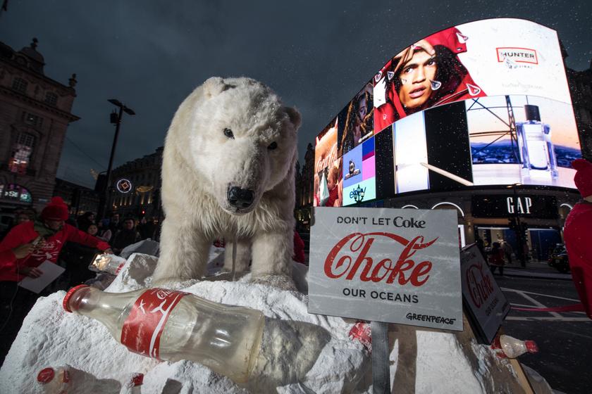 A Greenpeace látványos akciója 2017-ben a műanyagszennyezés visszaszorításáért.