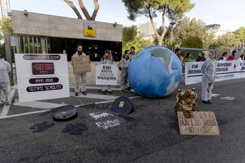 A Greenpeace római akciója 2019 novemberében egy olajtársaság zöldre festése miatt.