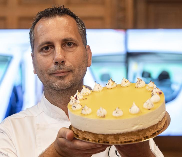 Fodor Sándor, a budapesti Habcsók Cukrászda mestercukrásza a Magyarország tortája címet elnyert Napraforgó nevű tortájával.