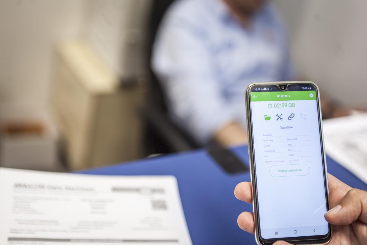 A QR kódot a munkafelvevő befotózza, és innentől már a mobiltelefonnal visz fel további fontos adatokat.