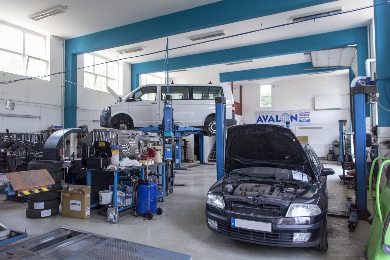 Az Avalon Bosch Car Service modern, márkafüggetlen műhelye szinte teljeskörűszolgáltatást tud nyújtani egy autó úton tartásához, legyen szó átvizsgálásról, karbantartásról, diagnosztikáról, szervizről, lakatolásról és fényezésről, műszaki vizsgáról vagy gumiszervizről.