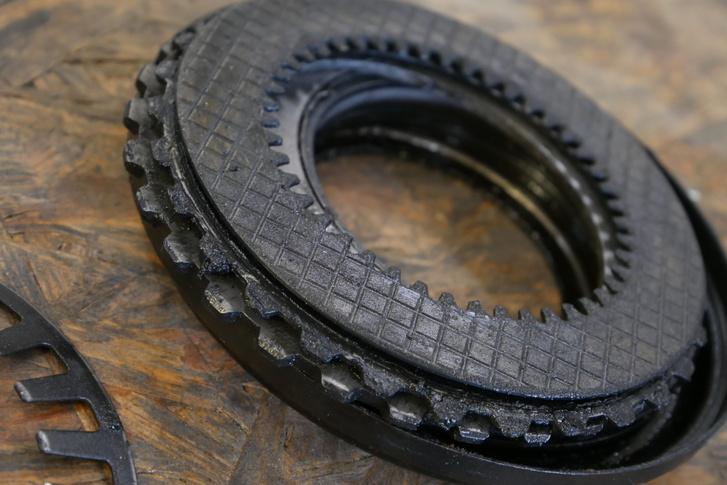 Az ostyamintás felület a súrlódótárcsa: attól még kopik, hogy olajban fut, és eltömíti a szűrőt