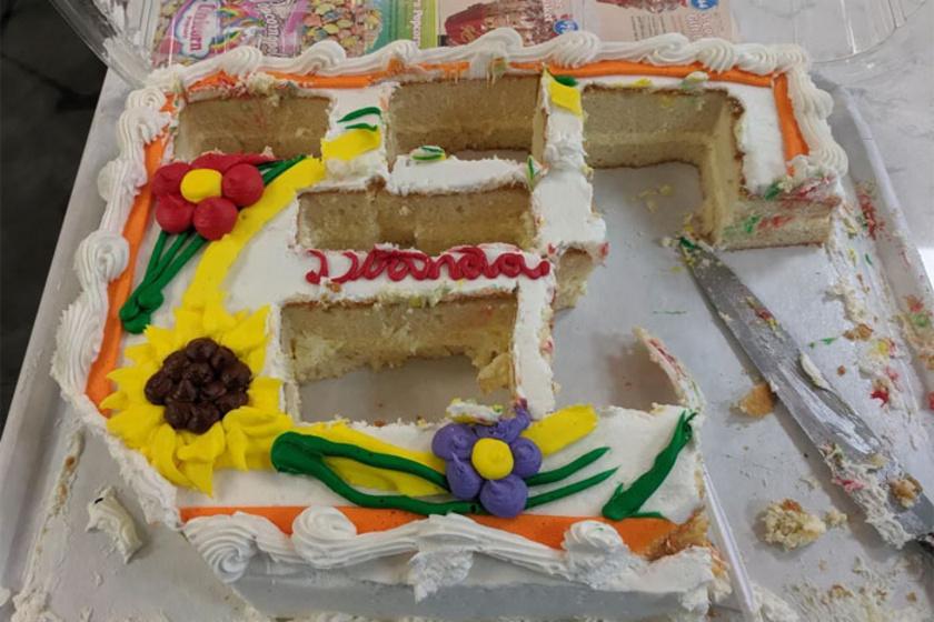 Érdekes lehet egy céges buli olyan emberekkel, akik így vágják fel a tortát.
