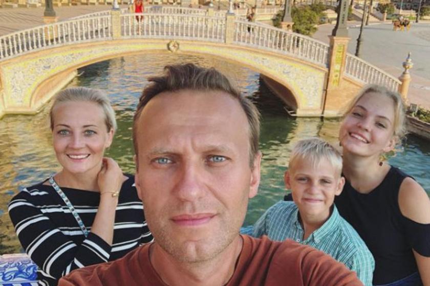 Alekszej Navalnij felesége és két gyermeke társaságában. Nagyon helyesen mutatnak együtt.