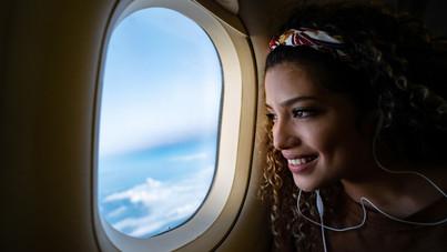 Ezért vannak lekerekítve a repülők ablakai