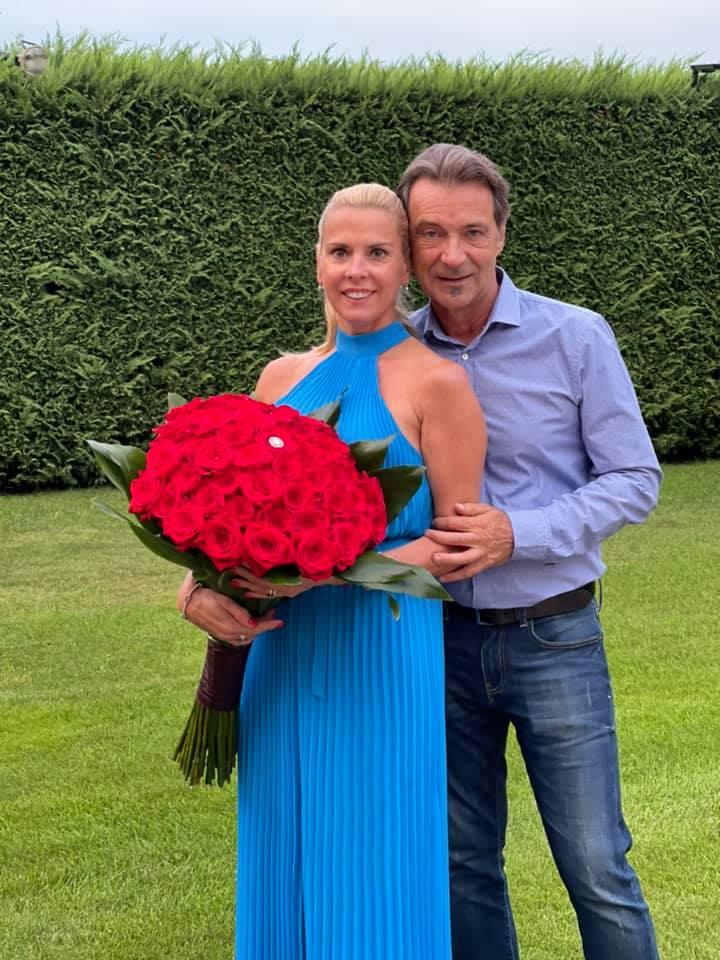 Hajas László felesége július 19-én ünnepli a születésnapját: a sztárfodrász 2021-ben is egy hatalmas csokor rózsával lepte meg.