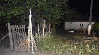 A kerítést lebontotta, majd a háznak ütközött a részeg sofőr