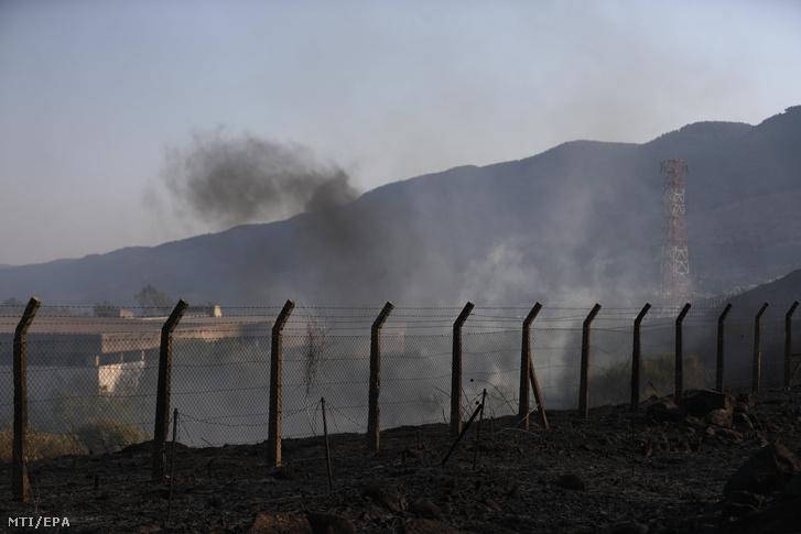 Füst száll a magasba a libanoni határ mentén fekvő, Kirjat Semona észak-izraeli város felett egy Libabonból kilőtt rakéta becsapódása nyomán 2021. augusztus 4-én