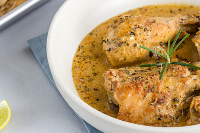 Fokhagymával, vajjal és tejszínnel sült csirkecombok: tartalmas ebéd pillanatok alatt