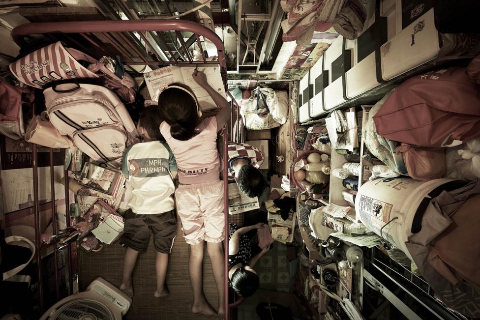 A Kínához 1999-ben visszacsatolt város még ma is a világ egyik legfontosabb kereskedelmi és gazdasági központja, de a csillogó felszín alatt több százezren élnek óriási szegénységben.