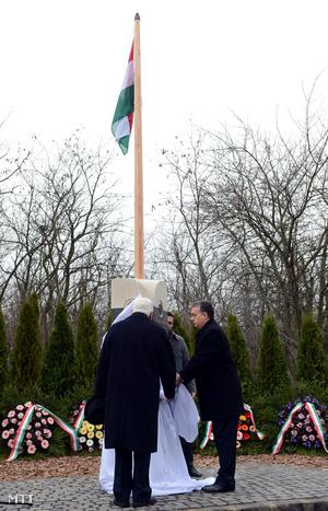 Orbán Viktor miniszterelnök és Boross Péter a Nemzeti Emlékhely és Kegyeleti Bizottság elnöke volt kormányfő A Rákoskeresztúri új köztemető 300-as parcellájában