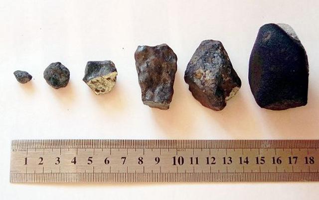A meteoritokon jól látható a légköri repülés során szerzett olvadási kéreg, de több darabon friss törési felületek is láthatók, melyek a robbanás energiáját és alacsony magasságát is mutatják