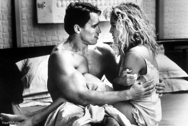 Ez NEM az a fotó, a Total Recallban egy másik szőkét, Sharon Stone-t ölelte