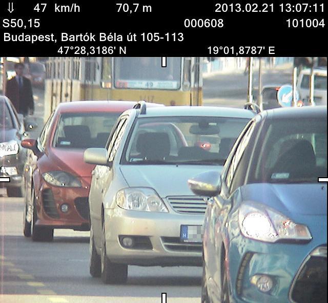 Szoros sorban haladó autókat is lehet fényképezni, de a rendszám leolvasása itt gondot okozhat