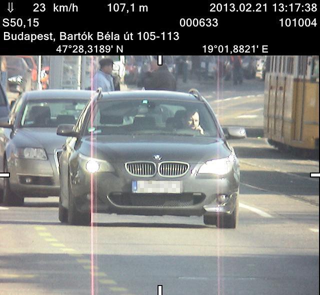 A BMW azonnal lassítani kezdett, amikor meglátta a kamerát